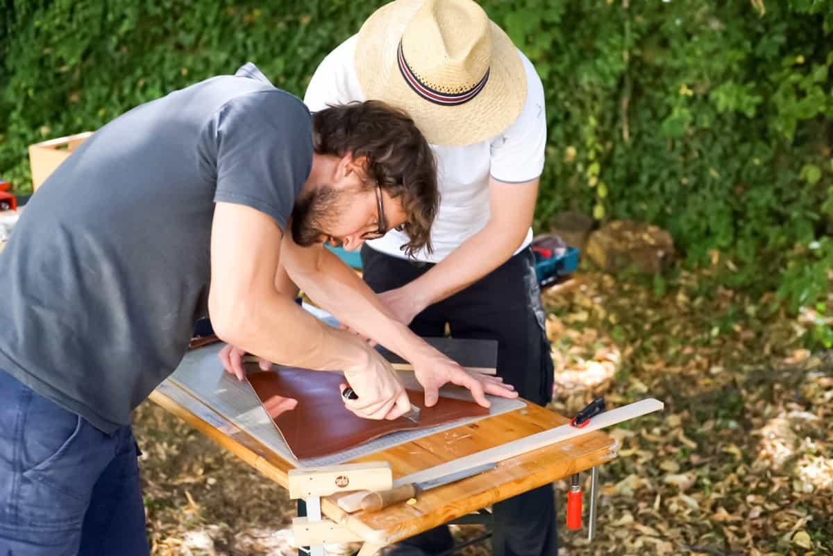 Leder bearbeiten vom Campingstühl Sitz